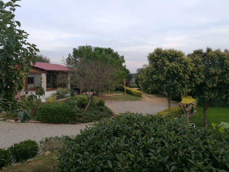 Vista del jardín de la casa rural de Can Micos en Riudarenes | Girona