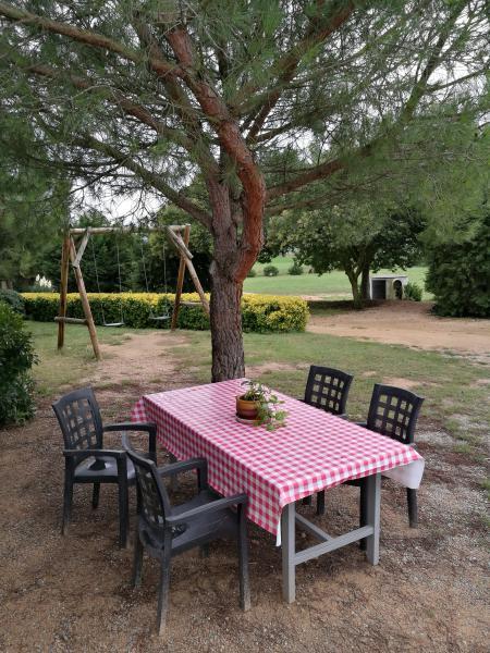 mesa bajo el pino del alquiler vacacional de Can Micos