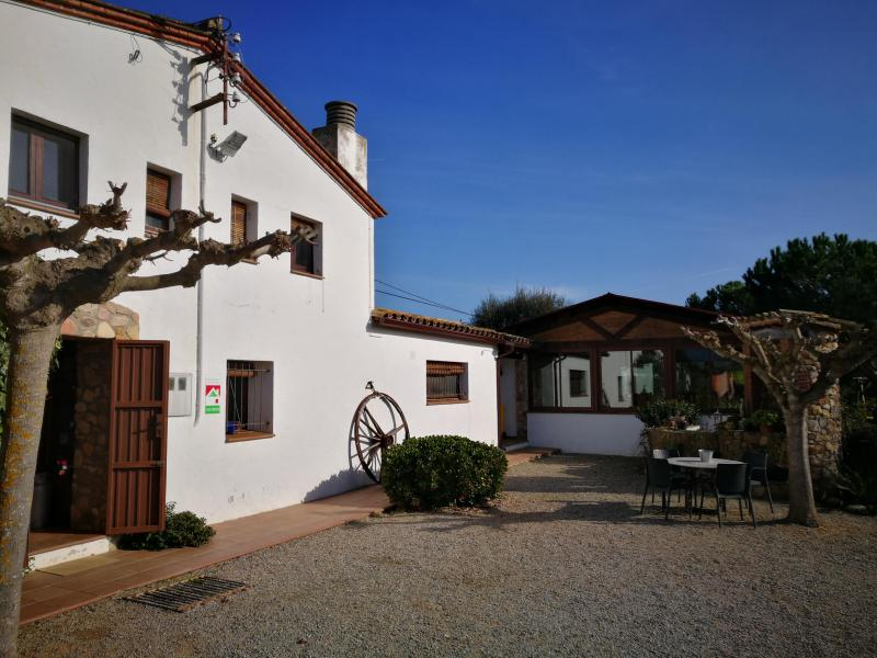 patio de la entrada del alojamiento rural de Can Micos