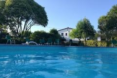 piscina y vista de la casa rural de Can Micos