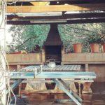 barbacoa y mesa de ping pong de la casa rural