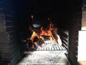 La barbacoa encendida en la casa rural cerca de Barcelona
